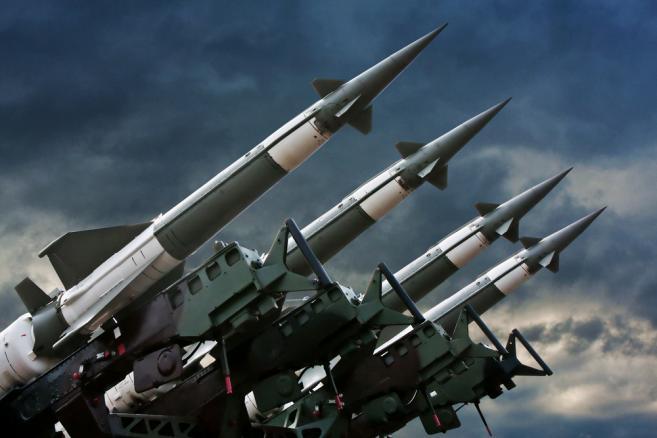 1092379-pocisk-rakieta-wojsko-bron-657-438