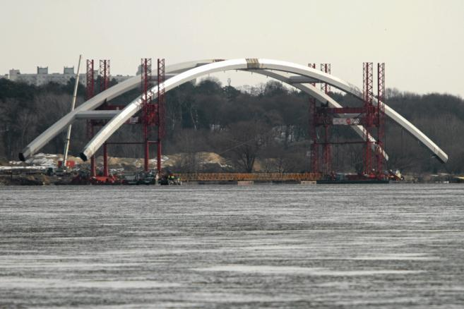 Budowa mostu drogowego przez Wisle . Transport luku mostu na srodek rzeki (1)