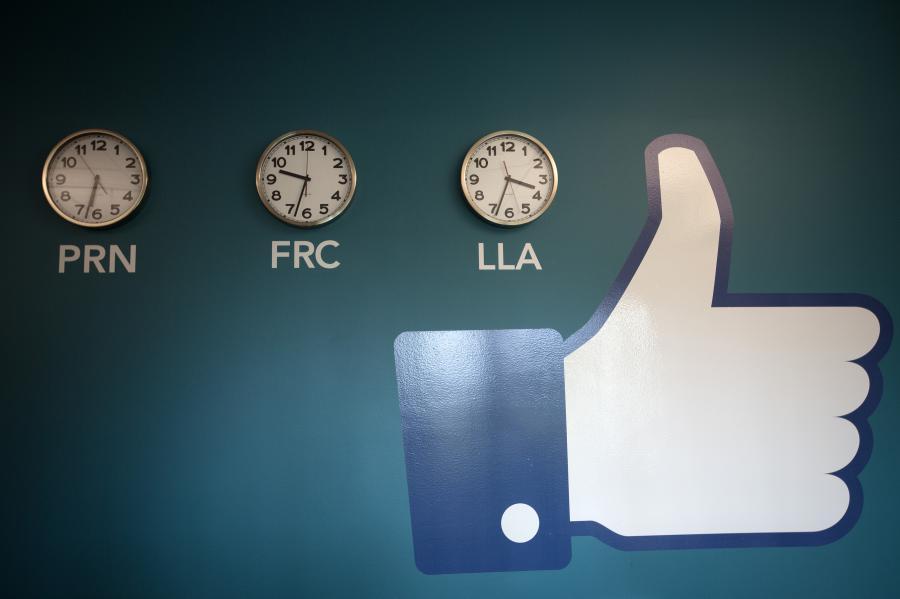 """Symbol słynnego przycisku """"Lubię to"""", zawieszony obok zegarów w nowym centrum przechowywania danych Facebook w pobliżu koła podbiegunowego w szwedzkiej miejscowości Lulea, 12. czerwca 2013."""