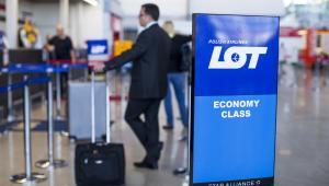 Stanowisko check-in polskiego przewoźnika PLL LOT na warszawskim lotnisku Okęcie. 12.06.2013