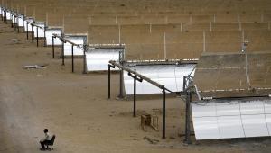 Pracownik ochrony pilnuje elektrowni termo-solarnej Godawari w pobliżu miejscowości Nokh w Indiach. Należąca do koncernu Godawari Power & Ispat  i działająca od czerwca tego roku elektrownia jest największym tego typu kompleksem w Azji. Indie coraz mocniej inwestują w energię odnawialną, ponieważ ceny energii słonecznej są tu niemal o połowę niższe od globalnej średniej. Fot. Kuni Takahashi, Bloombergs Best Photos 2013.