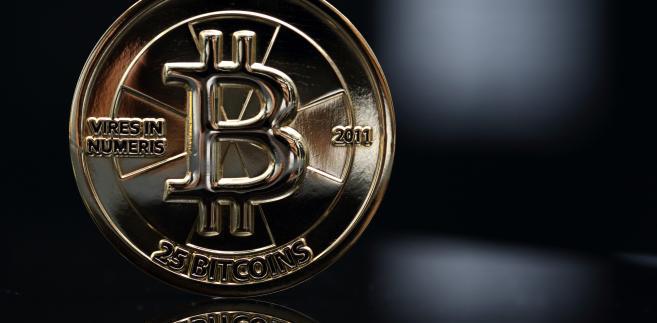 Moneta o wartości 25 bitcoinów. Wirtualna waluta została stworzona w 2009 roku przez anonimowego programistę lub grupę programistów o pseudonimie Satoshi Nakamoto. Całkowita podaż monet bitcoina została ustalona na 21 mln sztuk. Zamiast banku centralnego, zarządza nią komputerowy algorytm.  Fot. Tomohiro Ohsumi, Bloomberg's Best Photos 2013.