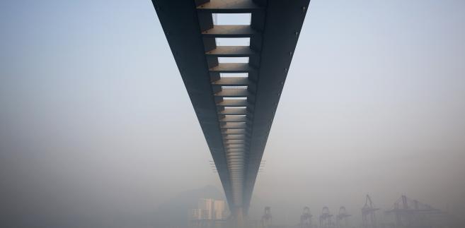 Mgła otacza most Stonecutters Bridge w Hongkongu w Chinach. Łączna długość tego mostu wiszącego to 1,6 kilometra, a wysokość przęseł to prawie 300 metrów. Fot. Jerome Favre, Bloomberg's Best Photos 2013.
