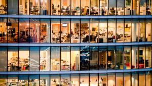 Praca w biurowcu, Fot. pcruciatti / Shutterstock.com