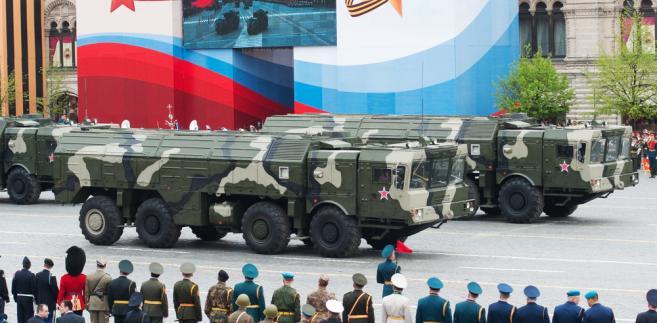 Wóz transportowy lądowego pocisku balistycznego krótkiego zasięgu Iskander podczas parady w Moskwie. Fot. Loskutnikov / Shutterstock.com