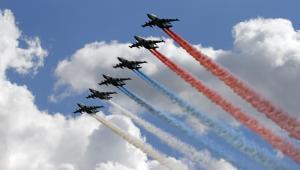 Samoloty szturmowe Su-25  rysujące na niebie flagę Rosji podczas obchodów stulecia rosyjskiego lotnictwa. Fot. Degtyaryov Andrey / Shutterstock.com