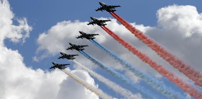 Samoloty szturmowe Su-25  rysujące na niebie flagę Rosji Fot. Degtyaryov Andrey / Shutterstock.com
