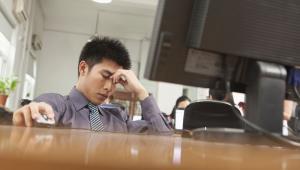Chiński biznesmen zmęczony pracą