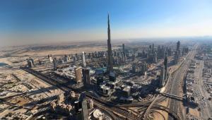 Widok z lotu ptaka na Burdż Chalifa w Dubaju. To najwyższy wieżowiec na świecie - ma 829 m wysokości.