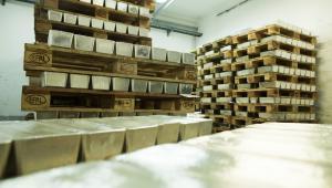 Huta Miedzi Głogów: palety wypełnione sztabkami srebra przygotowane na eksport