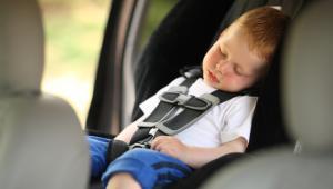 Dziecko śpiące w foteliku samochodowym. fot. shutterstock