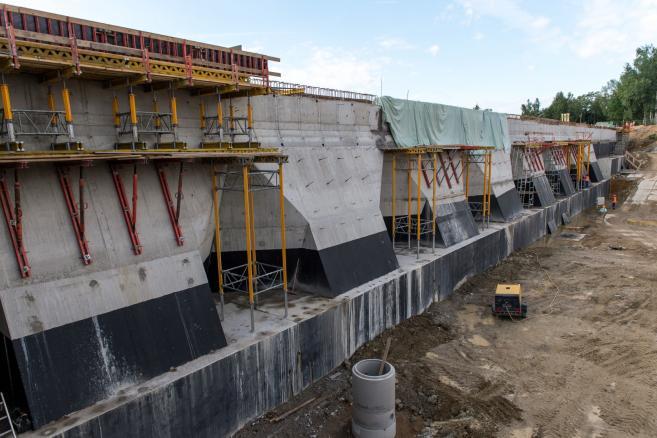Plac budowy zapory na rzece Witka w Niedowie. Zbiornik został zniszczony podczas powodzi w 2010 r. (zuz) PAP/Maciej Kulczyński
