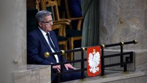 Były prezydent Bronisław Komorowski przysłuchuje się orędziu prezydenta Andrzeja Dudy, po złożeniu przez niego przysięgi. PAP/Jacek Turczyk