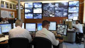 Oficerowie francuskiej policji monitorują Paryż po atakach terrorystycznych z 13 listopada EPA/ERIC FEFERBERG/POOL MAXPPP OUT Dostawca: PAP/EPA.