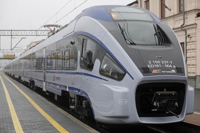 Wyprodukowany przez PESA - Bydgoszcz pociąg typu Dart (cat) PAP/Artur Reszko
