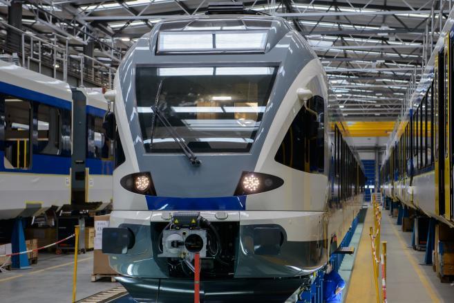 Kontrakt na 15 pojazdów Flirt dla narodowych Kolei Węgierskich MAV, który realizuje fabryka Stadlera w Siedlcach, wkracza w decydującą fazę. Transport pierwszych dwóch pojazdów jest zaplanowany na połowę kwietnia. Na Węgrzech odbędzie się jazdy testowe. Wartość tej umowy to 370 mln zł