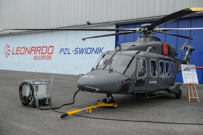 Pokaz śmigłowca AW-149, który brał udział w przetargu na śmigłowce dla polskich sił zbrojnych, podczas uroczystości przekazania wyremontowanych śmigłowców W-3PL Głuszec i W-3RM Anakonda dla polskiej armii oraz otwarcia nowego centrum serwisowego w zakładach PZL-Świdnik, 27 bm. MON w kwietniu 2015 r. wybrał w przetargu francuski helikopter CARACAL (H225M). (ukit) PAP/Wojciech Pacewicz