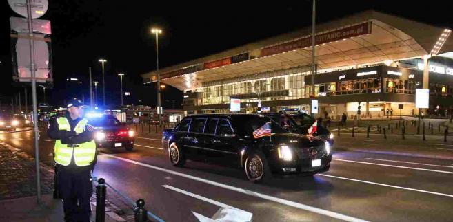 Limuzyna z prezydentem Stanów Zjednoczonych Barackiem Obamą podjeżdża pod warszawski hotel Marriott, w tle Dworzec Centralny, w nocy z 7 na 8 bm. Prezydent Obama przybył do Polski w związku z odbywającym się w stolicy szczytem NATO. (mr) PAP/Paweł Supernak