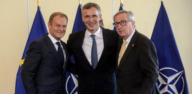 Przewodniczący Komisji Europejskiej Jean-Claude Juncker (P), przewodniczący Rady Europejskiej Donald Tusk (L) oraz sekretarz generalny Sojuszu Północnoatlantyckiego Jens Stoltenberg (C), 8 bm. w warszawskim hotelu Hilton, podczas uroczystości podpisania Wspólnej Deklaracji NATO-UE