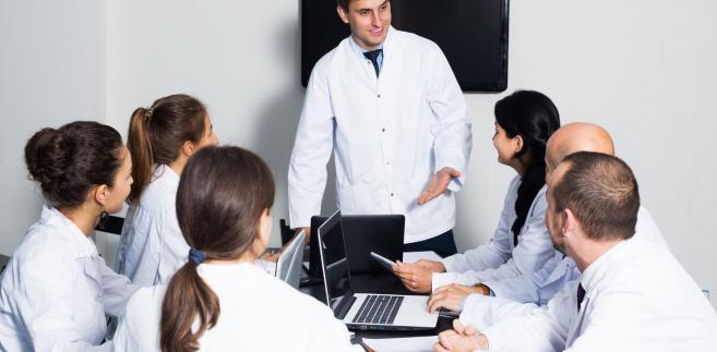 Gowin zaznacza, że proponuje płatne studia medyczne po to, aby Polacy mieli dostęp do dobrej opieki zdrowotnej.