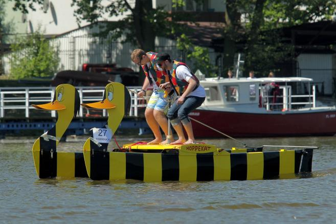 Regatach łodzi napędzanych siłą ludzkich mięśni International Waterbike Regatta 2017, na jeziorze Jeziorak,  (sj) PAP/Tomasz Waszczuk