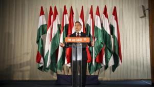 Węgrzy chcą obniżyć CIT do 10 proc., a następnie ograniczyć niezależność banku centralnego. Na zdj. Premier Węgier Viktor Orban przemawia na konferencji prasowej. Fot. Bloomberg