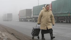 Kobieta na granicy białorusko-litweskiej