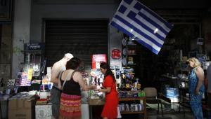 Grecka flaga zawieszona nad bazarem w ateńskiej dzielnicy Monastiraki