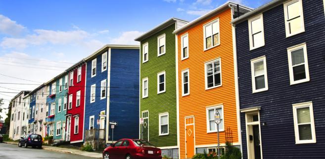 Ulica z kolorowymi domkami w St. John's, Nowa Fundlandii, Kanada