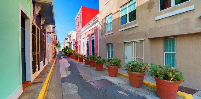 San Juan, Portoryko. Dzielnica z czasów kolonialnych nazywana Stare San Juan jest pełna zabytków. Na północno-zachodnim cyplu znajduje się El Morro – strategicznie położona hiszpańska forteca, pilnująca kiedyś wejścia do portu. Od El Morro po obu stronach ciągną się umocnienia, m.in. zbudowany w 1539 roku fort Castillo del Morro na samym przylądku, San Cristóbal z XVII wieku na północnym brzegu, chroniąca przed atakami z lądu i na południowym La Fortaleza (El Palacio de Santa Catalina) z 1533 roku.