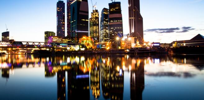 Ostatni rzut oka na International Business Centre: widok na wieżowce moskiewskiego city malowniczo położone nad rzeką.
