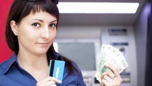 Bankomat, pieniądze, kobieta
