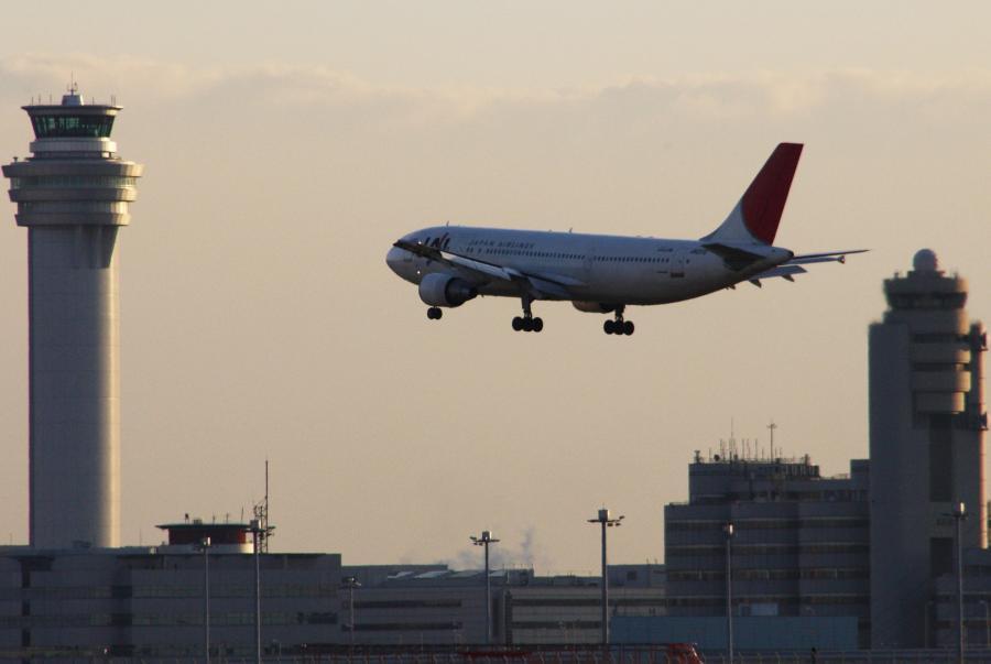 Samolot linii lotniczych Japan Airways przygotowujący się do lądowania na lotnisku w Tokio