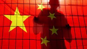 Flaga Republiki Ludowej Chin wisząca w Pekinie. Fot. ChameleonsEye / Shutterstock.com
