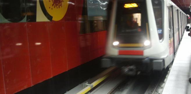 Na stację Rondo Daszyńskiego wjeżdża pociąg Inspiro