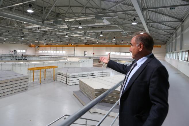 Kierownik projektu Solaris prof. dr hab. Marek Stankiewicz podczas Dni Otwartych Narodowego Centrum Promieniowania Synchrotronowego SOLARIS, 17 bm. w Krakowie. W ramach projektu budowany jest pierwszy w Polsce synchrotron, czyli multidyscyplinarne urządzenie badawcze, które otworzy nowe możliwości w wielu dziedzinach nauki. Narodowe Centrum Promieniowania Synchrotronowego to pierwsza w tej części Europy multidyscyplinarna infrastruktura badawcza, działająca 24 godziny na dobę. Badania będą mogły się rozpocząć już na początku 2015 roku. (zuz) PAP/Stanisław Rozpędzik