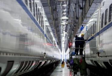 Pracownicy chińskiej kolei przygotowują pociąg do odjazdu
