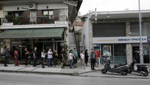 Sobota 27 czerwca 2015, kolejka przed jednym z greckich bankomatów