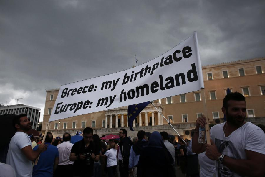 Grecy demonstrujący swoje poparcie dla Unii Europejskiej