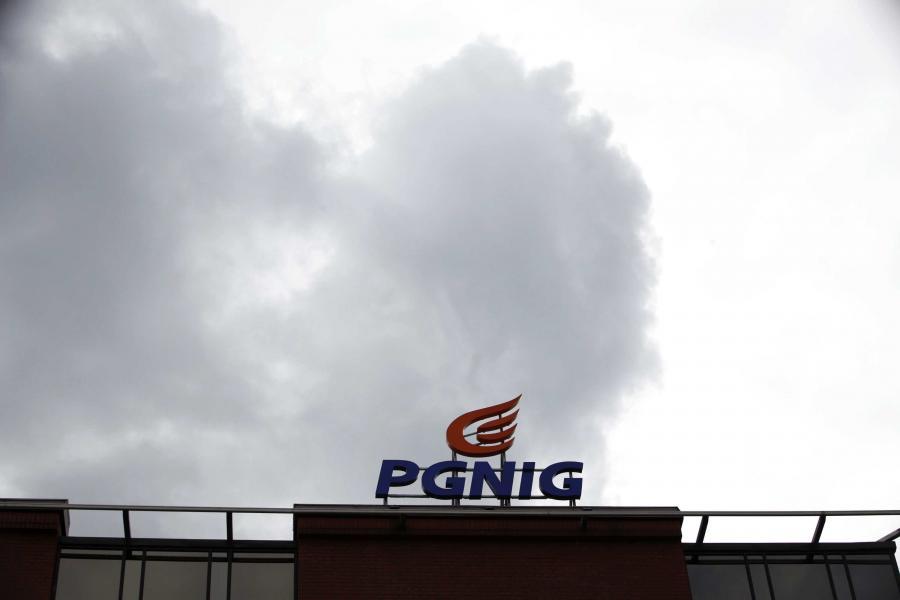 Logo PGNiG na siedzibie spółki w Warszawie