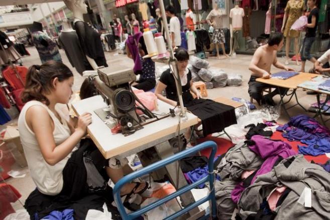 Szycie ubrań w w fabryce w chińskim mieście Dongguan