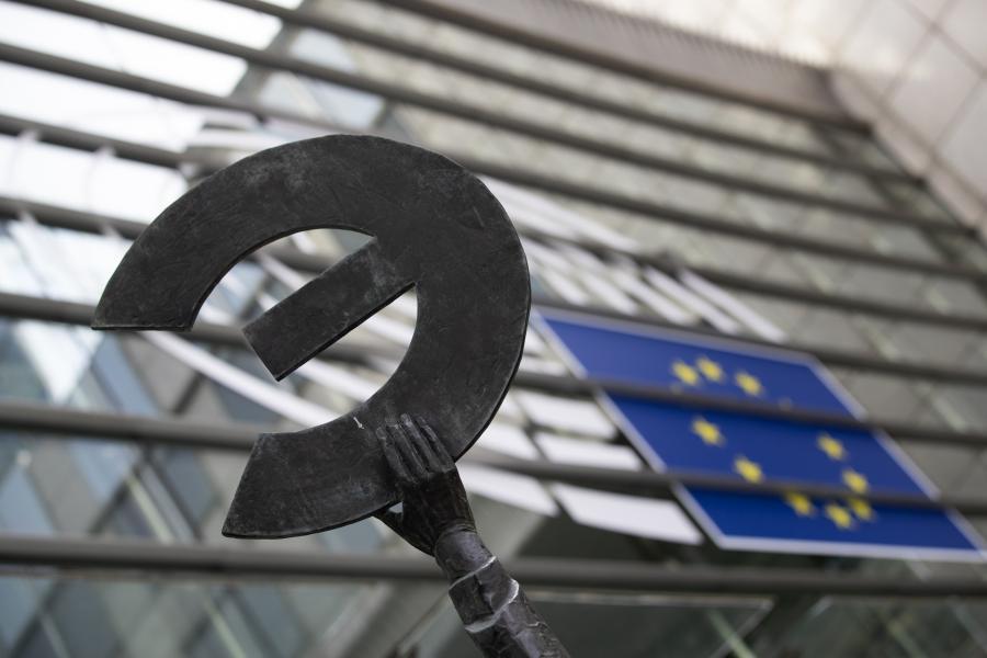 """Fragment pomnika """"Europa"""" stojącego przed budynkiem Parlamentu Europejskiego w Brukseli. 8.06.2018"""