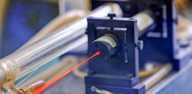 Czerwony laser na stole optycznym