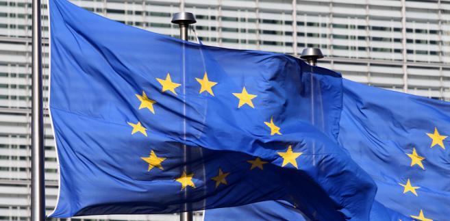 Flaga Unii Europejskiej przed siedzibą Komisji Europejskiej w Brukseli. Fot. Shutterstock.