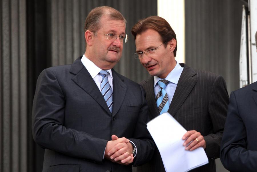 Stary prezes Porsche Wendelin Wiedeking (z lewej) wita nowego prezesa Michaela Machta